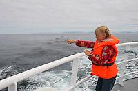 Walsafari, Wal-Safari, Ausfahrt mit einem Kutter, Boot, Schiff auf den Atlantik um Wale zu beobachten, whale watching, Wal, Andenes, Nord - Norwegen, Kind, Mädchen zeigt auf ihre Beobachtungen