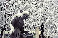 """Milano, via Carlo Farini, la statua innevata di fronte alla """"Basilica di Sant'Antonio da Padova"""" dei frati minori --- Milan, Carlo Farini street, the snow-covered statue in front of the """"Basilica Sant'Antonio da Padova"""" of friars Minor"""