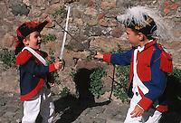 Europe/France/Provence-Alpes-Côte d'Azur/83/Var/Saint-Tropez: Lors des bravades, deux enfants en déguisement se battent à l'épée [Les Bravades sont des processions en l'honneur du Saint Patron de la ville] [Non destiné à un usage publicitaire - Not intended for an advertising use]
