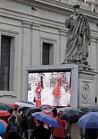 Fedeli assistono all'apertura del Conclave per l'elezione del nuovo Papa della Chiesa Cattolica Romana sui maxischermi allestiti in Piazza San Pietro, Citta' del Vaticano, 12 marzo 2013. .Faithful watch the opening of the Conclave for the election of the new Pope of the Roman Catholic Church, on giant screens set in St. Peter's square at the Vatican, 12 March 2013..UPDATE IMAGES PRESS/Riccardo De Luca STRICTLY FOR EDITORIAL USE ONLY - STRICTLY FOR EDITORIAL USE ONLY
