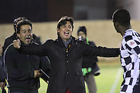 TUNJA -COLOMBIA. 06-02-2014. Eduardo Pimentel director tecnico del Chico FC celebra la victoria contra Millonarios con sus  jugadores .Accion de juego entre jugadores  de Millonarios   contra El Chico   durante el partido por la tercera fecha de La liga Postobon 1 disputado en el estadio La Independencia. / Eduardo Pimentel coach  of Chico FC celebrates victory with his players against Millonarios. Action game between Millonarios players against El Chico during the match for the third round of The Postobon one league match at the Independencia Stadium. Photo: VizzorImage/ Felipe Caicedo / Staff