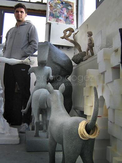 Un atelier est lieu de vie pour l'artiste et c'est ainsi que quelque coins résident des petites touches d'humour..Le sculpteur Vlad Olariu dans son atelier.