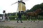 Foto: VidiPhoto..ARNHEM - Google Street View is dinsdag in het Nederlands Openluchtmuseum in Arnhem gestart met het maken van opnamen van vijf Nederlandse attractieparken. De Street View Trike werd in het museum begeleid door een trekpaard om in geval van nood de fiets trekken. Het Openluchtmuseum heeft nogal wat steile hellingen. Het museum is samen met Slagharen, Nationaal Park De Hoge Veluwe en De Apenheul geselecteerd voor Google Street View.
