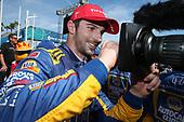 Alexander Rossi, Andretti Autosport Honda Signs camera lens in victory lane