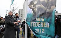 11-02-13, Tennis, Rotterdam, ABNAMROWTT, Roger Federer raises his flag assistant with major Abuotaleb of Rotterdam