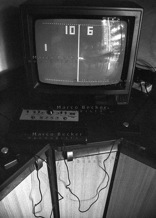 Una console per videogiochi Gamatic 7706 collegata a un televisore Mivar con il gioco Pong in funzione --- A video game console Gamatic 7706 connected to a Mivar TV and the game Pong running