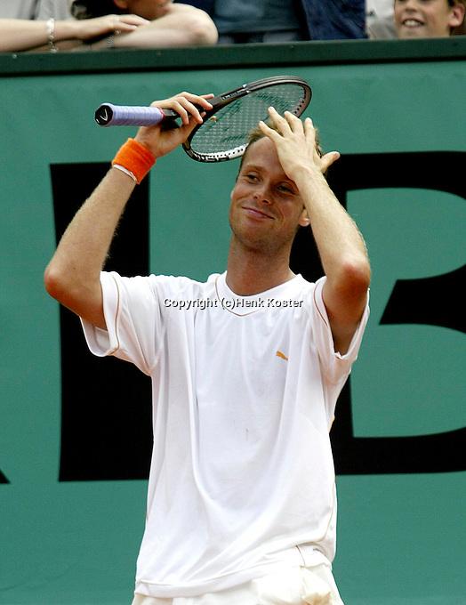 20030608, Paris, Tennis, Roland Garros, Martin Verkerk vraagt zich vertwijfelt af hoe hij iets kan inbrengen tegen Ferrero