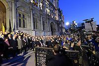 La presse en nombre devant l'Hotel de Ville - Hommage de Paris et des parisiens aux victimes belges des attentats de Bruxelles 22 mars 2016 - Place de l'Hotel de Ville de Paris - France