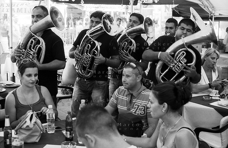Festival di trombe e ottoni di Guca (Cacak). Una banda suona intorno ai tavoli in un ristorante --- Trumpet festival of Guca (Cacak). A band playing around the tables in a restaurant. Tuba