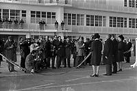 Ateliers Sud Aviation (Saint-Martin-du-Touch). 11 décembre 1967. Vue d'ensemble de dos de Jean Chamant (ministre des Transports) et de Anthony Neil Wedgwood Benn (ministre anglais de la Technologie) venant de découper le ruban officiel, sont entourés de deux hôtesses ; face à eux photographes. Cliché pris lors de la présentation officielle du prototype français du Concorde.