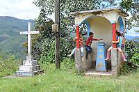 COCORNA - COLOMBIA, 15-04-2015. Niños juegan al lado de una campo minado en el municipio de Cocorná, Antioquia, Colombia en donde miembros del ejercito de Colombia realizan un entrenamiento  de desminado en el sector Campo Alegre 16 abril de 2015./ Boys play next to the minefield in Cocorna municipality, Antioquia department, Colombia where Colombian Army soldiers take a demining training in Campo Alegre region, on April 16, 2015.  Photo: VizzorImage/ León Monsalve /STR