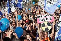 ..Roma 13/06/2011 Festeggiamenti dei sostenitori del Referendum in Piazza Bocca della verita' in seguito al raggiungimento del quorum e alla vittoria dei si...Photo Samantha Zucchi Insidefoto