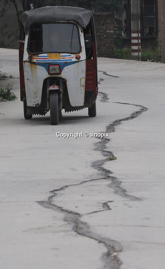 Roads are cracked in the Huang Gu Po district of Badong on the lower reaches of the Three Gorges Dam. Several of the new cities are suffering from structural damage due to land and earth movements caused by the 400 km Three Gorges reservoir.<br />