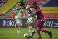 IBAGUE - COLOMBIA, 30-03-2021: Julian Quiñones del Tolima disputa el balón con Jefferson Duque de Nacional durante partido entre Deportes Tolima y Atlético Nacional por la fecha 16 como parte de la Liga BetPlay DIMAYOR I 2021 jugado en el estadio Manuel Murillo Toro de la ciudad de Ibagué. / Julian Quiñones of Tolima struggles the ball with Jefferson Duque of Nacional during match between Deportes Tolima and Atletico Nacional for the date 16 as part of BetPlay DIMAYOR League I 2021 played at Manuel Murillo Toro stadium in Ibague. Photo: VizzorImage / Joan Orjuela / Cont