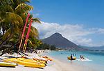 MUS, Mauritius, Black River, Flic en Flac: Strand des Sugar Beach Resort, im Hintergrund Tamarin Mountain | MUS, Mauritius, Black River, Flic en Flac: beach at Sugar Beach Resort with Tamarin Mountain