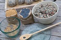 Meisenknödel selbermachen, Meisenknödel selber machen, Schritt 1: Zutaten: Fettfutter, Mohnsamen, Hirsesamen. Selbstgemachte Fettfuttermischung, Fettfutter wird zu Kugeln, Knödeln, Meisenknödel geformt und anschließend durch Körner gerollt, Fettfutter aus Kokosfett, Sonnenblumenkernen, Erdnussbruch, Körnermix, Körnermischung, Sonnenblumenöl, Vogelfutter selbst herstellen, Vogelfutter selber machen, Vogelfutter selbermachen, Vogelfütterung, Fütterung, bird's feeding