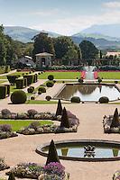 Europe/France/Aquitaine/64/Pyrénées-Atlantiques/Pays-Basque/Cambo-les-Bains: Jardin à la française de la Villa Arnaga, Musée Edmond Rostand et en fond les pyrénées basques