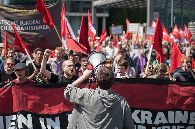"""Unter dem Motto """"Stoppt Eskalation und drohenden Krieg"""" demonstrierten am Samstag den 31. Mai 2014 in Berlin ca. 1.00 bis 1.200 Menschen gegen die kriegerischen Auseinandersetzungen in der Ukraine. Sie werfenden westlichen Regierungen u.a. die Zusammenarbeit mit ukrainischen Faschisten vom """"Rechten Sektor"""" und der Partei Swoboda vor, die einen Putsch gegen die Regierung in der Ukraine durchgefuehrt haben. Die Demonstranten solidarisierten sich mit antifaschistischen und linken Kraeften in der Ukraine, die von der Regierung zum Teil militaerisch verfolgt werden. Die Demonstranten befuerchten, dass sich die Krise in der Ukraine in einen offenen Krieg ausweiten kann.<br /> Die Demonstration bestand hauptsaechlich aus Mitgliedern linker Organisationen wie DKP, Trotzkisten, MLPD, KPD, ARAB und Linkspartei sowie einigen Teilnehmern der verschwoerungstheoretischen """"Montagsdemo-Mahnwache"""".<br /> 31.5.2014, Berlin<br /> Copyright: Christian-Ditsch.de<br /> [Inhaltsveraendernde Manipulation des Fotos nur nach ausdruecklicher Genehmigung des Fotografen. Vereinbarungen ueber Abtretung von Persoenlichkeitsrechten/Model Release der abgebildeten Person/Personen liegen nicht vor. NO MODEL RELEASE! Don't publish without copyright Christian-Ditsch.de, Veroeffentlichung nur mit Fotografennennung, sowie gegen Honorar, MwSt. und Beleg. Konto:, I N G - D i B a, IBAN DE58500105175400192269, BIC INGDDEFFXXX, Kontakt: post@christian-ditsch.de<br /> Urhebervermerk wird gemaess Paragraph 13 UHG verlangt.]"""