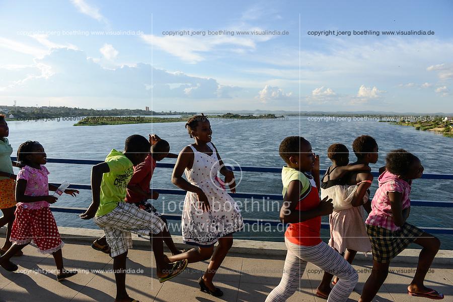MOZAMBIQUE, Tete, dancing children on bridge over Zambezi River / MOSAMBIK, Tete, Bruecke ueber den Sambesi Fluss, die Bruecke Ponte Samora Machel wurde 1973 eroeffnet, tanzende Kinder