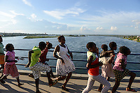 MOZAMBIQUE, Tete, dancing children on bridge over Zambezi River / MOSAMBIK, Tete, Bruecke ueber den Sambesi Fluss, die Bruecke Ponte Samora Machel wurde 1973 eroeffnet, tanzende Kinder