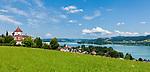 Oesterreich, Salzburger Land, Flachgau, Seeham am Obertrumer See mit katholischer Pfarrkirche, im Hintergrund der Mattsee   Austria, Salzburger Land, region Flachgau, Seeham at Lake Obertrum with parish church, at background Lake Mattsee