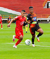 TUNJA-COLOMBIA, 19-09-2020: Cristian Barrios de Patriotas Boyaca y Santiago Ruiz de Envigado F.C. disputan el balón, durante partido de la fecha 9 entre Patriotas Boyaca y Envigado F.C., por la Liga BetPlay DIMAYOR I 2020, jugado en el estadio La Independencia de la ciudad de Tunja. / Cristian Barrios of Patriotas Boyaca and Santiago Ruiz of Envigado F.C. figh for the ball, during a match of the 9th date between Patriotas Boyaca and Envigado F.C., for the BetPlay DIMAYOR Leguaje I 2020 played at the La Independencia stadium in Tunja city. / Photo: VizzorImage / Edward Leguizamon / Cont.