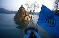INDIA, Gujerat, tribal village Manibeli, submerged Hindu temple in reservoir of Sardar Sarovar dam at Narmada river, the worldbank withdraw 1992 the financing assistance due to protest of NBA Narmada Bachao Andolan, movement to save the Narmada, as they claimed lack of adaquate resettlement and compensation of project affected Adivasi, boat with flag of NBA / INDIEN, Adivasi Dorf Manibeli, versunkener Hindutempel im Stausee des Sardar Sarovar Damm am Narmada Fluss, Weltbank stellte 1992 Finanzierung ein nach Protesten der NGO Narmada Bachao Andolan NBA, Bewegung zur Rettung der Narmada, wegen mangelnder Rehabilitation, Umsiedlung und Entschaedigung der Ureinwohner Adivasi, Boot mit Flagge der NBA