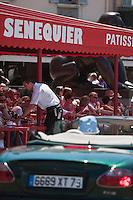 Europe/France/Provence -Alpes-Cote d'Azur/83/Var/Saint-Tropez:  La terrasse de Sénéquier et Jaguar type E Cabriolet sur le port