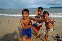 Kinder am Strand von  Nha Trang, Vietnam