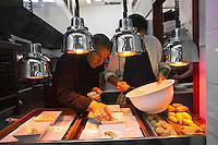 Europe/France/Provence-Alpes-Côte d'Azur/13/Bouches-du-Rhône/Arles: restaurant: L'Atelier de Jean-Luc Rabanel - Jean-Luc Rabanel au passe en cuisine [Non destiné à un usage publicitaire - Not intended for an advertising use]