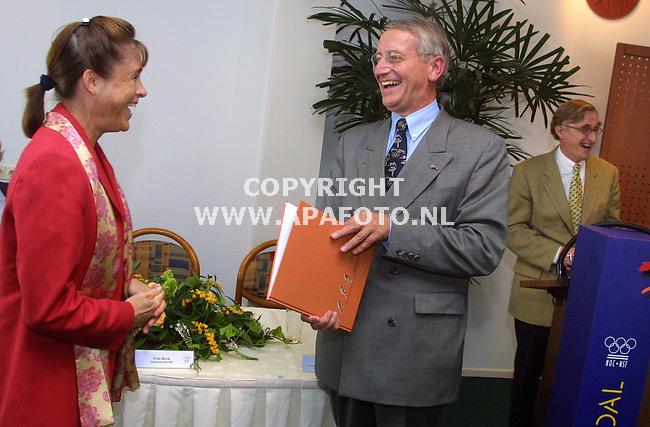 Arnhem, 040901<br />Papendal, Ivonne van Gennip overhandigd een eerste exemplaar van het boek Olympische rituelen aan Frits Brink, bestuurslid van NOC NSF. Rechts in de achtergrond staat Joep Bartels, voorzitter lustrumcommisie NVOD.<br />Foto: Sjef Prins / APA Foto.