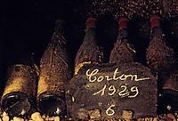 Europe/France/Bourgogne/21/Côte d'Or/Nuits Saint Georges: Les caves de la maison Charles Vienot - Détail de vieilles bouteilles AOC Corton