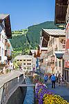 Austria, Tyrol, Kitzbuehel: town centre, at background antenna pole atop Kitzbueheler Horn mountain | Oesterreich, Tirol, Kitzbuehel: Zentrum, im Hintergrund der Sendemast auf dem Kitzbueheler Horn