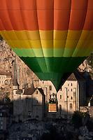 Europe/Europe/France/Midi-Pyrénées/46/Lot/Rocamadour:  Lors des mongolfiades : un ballon devant la cité religieuse et ses sanctuaires  dans le Canyon de l'Alzou