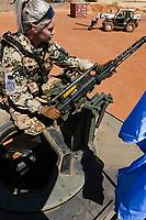 MALI, Gao, UN peace keeping mission MINUSMA, Camp Castor, german army Bundeswehr, female soldier with MG 3 machine gun / MALI, Gao, Minusma UN Friedensmission, Camp Castor, deutsche Bundeswehr, Stabsunteroffizierin arbeitet auf Transport LKW und bereitet das Maschinengewehr MG 3 A1 Bj. 1968 des Herstellers Rheinmetall AG fuer eine Patrouillenfahrt in die Wüste vor