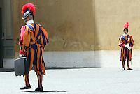 Guardie Svizzere schierate nel cortile di San Damaso durante la visita del Presidente del Consiglio al Papa, Citta' del Vaticano, 6 giugno 2008,.Swiss Guards lined up in St. Damaso's wait for the Italian Premier leaving after his meeting with the Pope at the Vatican, 6 june 2008..UPDATE IMAGES PRESS/Riccardo De Luca