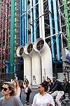 Europa, Frankreich, France, Paris, Beaubourg und Les Halles Platz vor dem Centre Pompidou Place Georges Pompidou Belueftungsrohre Leitungen, bunt, 10.09.2014