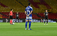 BOGOTA-COLOMBIA, 19-09-2020: Jugadores de Millonarios, Once Caldas y Arbitros, guardan un minuto de silencio por el reciente fallecimiento del Dr Gabriel Ochoa Uribe, de ex jugador Ricardo Cicicilano y por las victimas del COVID 19, previo al partido entre Millonarios y Once Caldas por la fecha 9 de la Liga BetPlay DIMAYOR I 2020 jugado en el estadio Metropolitano de Techo de la ciudad de Bogota. Players of Millonarios, Once Caldas and Referees, observe a minute of silence for the recent death of Dr Gabriel Ochoa Uribe, former player Ricardo Cicicilano and for the victims of COVID 19, prior a match between Millonarios and Once Caldas  for the 9th date as part of BetPlay DIMAYOR League I 2020 played at La Equidad stadium in Palmira city. Photo: VizzorImage / Luis Ramirez / Staff.