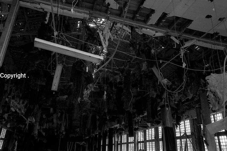 Salle Jean Mermoz (île du Ramier). 4 juin 1984. <br /> <br /> l'intérieur de la salle complètement détruit, décombres, morceaux de plafond qui pendent. Cliché pris après l'attentat visant la venue de Jean-Marie Le Pen qui devait tenir un meeting dans cette salle le jour même (salle entièrement dévastée par deux engins explosifs).