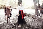 Jeune fille en habit traditionnel cosaque dans un camp de jeunesse patriotique. En Ukraine des enfants sont envoyés par centaines dans des camps de jeunesse cosaques ou paramilitaires. On y réinvente l'histoire, mais surtout on y apprend à se battre, à manier la kalachnikov et à détester l'influence russe sous toutes ses formes, Kiev, Ukraine, août 2017.