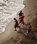 Kaap Verdië, Cabo Verde, SANTIAGO. June 2013.<br /> foto's Michael Kooren/Utrecht.<br /> www.koorenphoto.nl<br /> playing soccer on the beach of Santiago ribeira de Barca