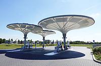 Nederland - Zaanstad - Juli 2020. Tankstation NXT op bedrijventerrein HoogTij in Westzaan. Dit tankstation werkt met een nieuw brandstoffen concept en is daardoor een tankstation van de toekomst. NXT HoogTij biedt namelijk ook duurzamere alternatieven voor benzine en diesel aan; GTL en E10. GTL is een brandstof gemaakt van aardgas en is biologisch afbreekbaar. E10 is benzine waar 10 procent bio-ethanol aan is toegevoegd. In de loop van 2020 wordt NXT uitgebreid met waterstof. Daarnaast heeft het tankstation zelf ook duurzame maatregelen genomen. Met zonnepanelen op de bovenkant van de kelken voorziet het tankstation in de eigen energiebehoefte. Foto ANP / Hollandse Hoogte / Berlinda van Dam