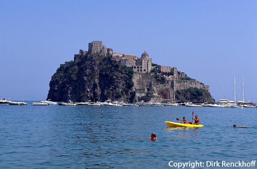 Italien, Ischia, Strand Spiaggia del Pescatori und Castello Aragonese in Ponte