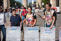 Interreligoese Mahnwache am Brandenburger Tor zu Beginn einer Pilgerreise auf dem Berliner Jakobsweg. An der Mahnwache im Zeichen des Friedens nahmen unter anderem die Berliner Imamin Seran Ates (Mitte), Lala Suesskind vom Juedischen Forum fuer Demokratie und gegen Antisemitismus (links) und Joerg Steinert, Mitinitiator des Berliner Pilgerwegs und Geschaeftsfuehrer des Berliner Lesben- und Schwulenverbandes (LSVD) (rechts) teil.<br /> Nach der Mahnwache begannen einige Teilnehmer ihren Pilgerweg, der im September in Konstanz enden soll.<br /> 25.8.2020, Berlin<br /> Copyright: Christian-Ditsch.de<br /> NUR FUER REDAKTIONELLE ZWECKE! Werbung nur auf Anfrage beim Fotografen. [Inhaltsveraendernde Manipulation des Fotos nur nach ausdruecklicher Genehmigung des Fotografen. Vereinbarungen ueber Abtretung von Persoenlichkeitsrechten/Model Release der abgebildeten Person/Personen liegen nicht vor. NO MODEL RELEASE! Don't publish without copyright Christian-Ditsch.de, Veroeffentlichung nur mit Fotografennennung, sowie gegen Honorar, MwSt. und Beleg. Konto: I N G - D i B a, IBAN DE58500105175400192269, BIC INGDDEFFXXX, Kontakt: post@christian-ditsch.de<br /> Bei der Bearbeitung der Dateiinformationen darf die Urheberkennzeichnung in den EXIF- und  IPTC-Daten nicht entfernt werden, diese sind in digitalen Medien nach §95c UrhG rechtlich geschuetzt. Der Urhebervermerk wird gemaess §13 UrhG verlangt.]