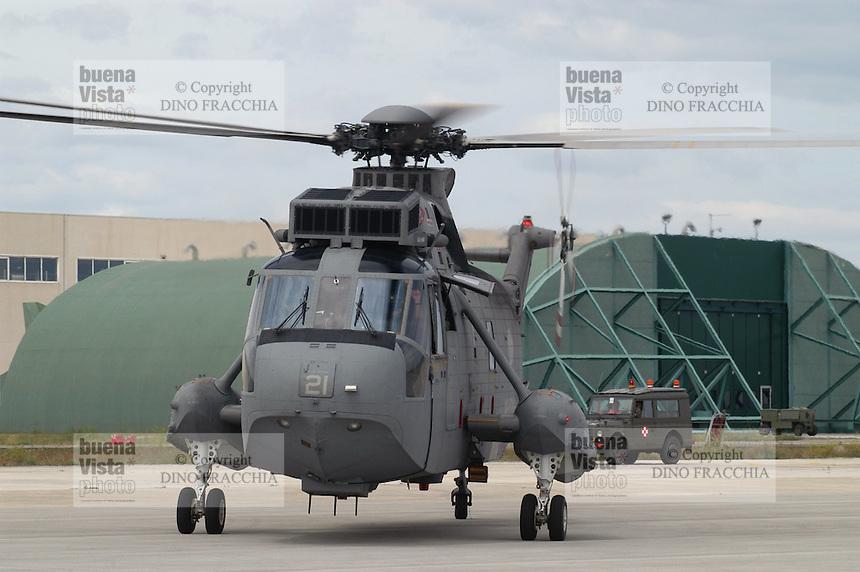 - Italian Navy, SH-3D helicopter on Brindisi air force base ....- marina militare italiana, elicottero SH-3D sulla base aerea di Brindisi..