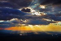 Abendhimmel ueber der Karoo: AFRIKA, SUEDAFRIKA, ORANGE FREE STATE, GARIEPDAM, 07.01.2014: Abendhimmel ueber der Karoo, Wolken verdichten sich zu Stratus Wolken, einzelne Schauer nach eienm heissen Tag, die Sonne zieht Wasser,