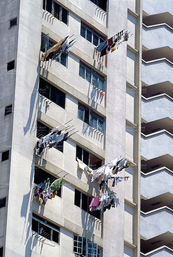 Singapore. Downtown. Town center. High-rise buildings. The tower blocks are Housing Developping Buildings (HSB). On a sunny day, families put their clean laundry outside their flats to dry on a pole. © 2001 Didier Ruef