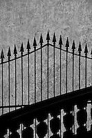 Padula - Certosa di San Lorenzo e paese. La Certosa di San Lorenzo è la più grande certosa in Italia, nonché una tra le più famose, ed è situata a Padula, nel Vallo di Diano, in Provincia di Salerno.  Fu fondata da Tommaso Sanseverino nel 1306 sul sito di un esistente cenobio ed è dedicata a San Lorenzo. Secondo la regola certosina che predica il lavoro e la contemplazione, nella Certosa esistono posti diversi per la loro attuazione: l'immenso chiostro, la biblioteca, la Cappella. Nella certosa vivevano circa 25 monaci e praticavano il silenzio per tutta la propria esistenza. Alcune aree erano dedicate ai monaci in clausura che per le regole della Certosa non potevano guardare né parlare con gli altri monaci. Nel 1998 è stata dichiarata Patrimonio dell'Umanità dall'UNESCO.