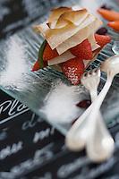 """Europe/France/Bretagne/56/Morbihan/Golfe du Morbihan/Ile-Aux-Moines/Locmiquel: Millefeuille  aux fraises de Plougastel , Glace Rhubarbe , recette de Bernard Jamet Chef du restaurant de   l'Hotel de ' Ile - """"Chez les Garçons"""""""