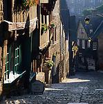 France, Brittany, Département Côtes-d'Armor, Dinan: View down steep cobbled street | Frankreich, Bretagne, Département Côtes-d'Armor, Dinan: Altstadtgasse mit Kopfsteinpflaster